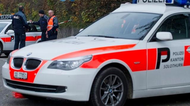 Polizeiauto mit Beamten der Kapo Solothurn.