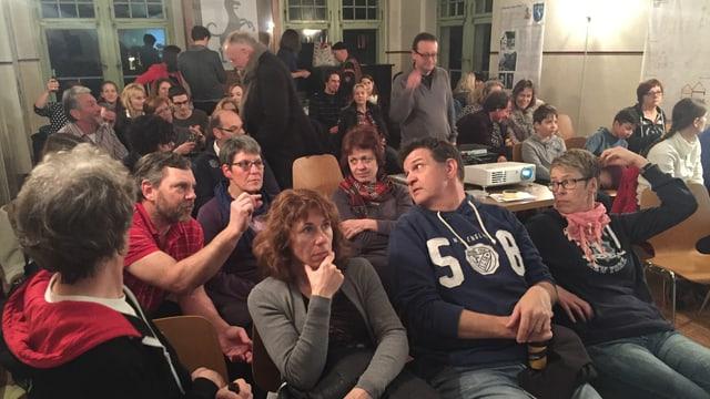 Leute sitzen in einem Saal