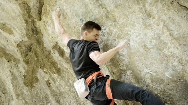 Philipp (von hinten) klettert in der Felswand.