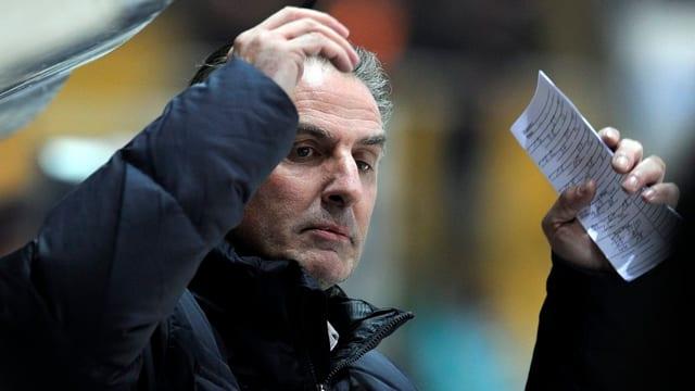 Kloten-Trainer Felix Hollenstein steht in Lugano an der Bande und verwirft die Hände.