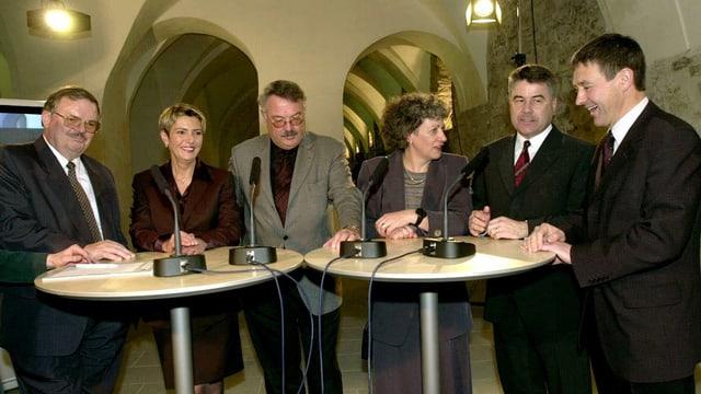 Die St. Galler Regierung nach der Wahl 2000 am Stehtisch.