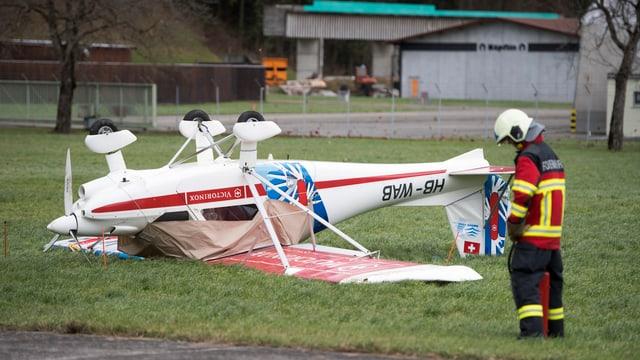 umgekipptes Kleinflugzeug