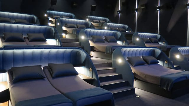 Kinosaal mit Betten