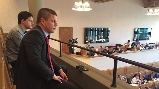 Erich Hess auf Zuschauertribüne im Saal des Grossen Rates.