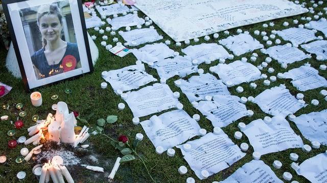 A Londra han blers mess giu numerusas brevs, fluras e chandailas davant il parlament.