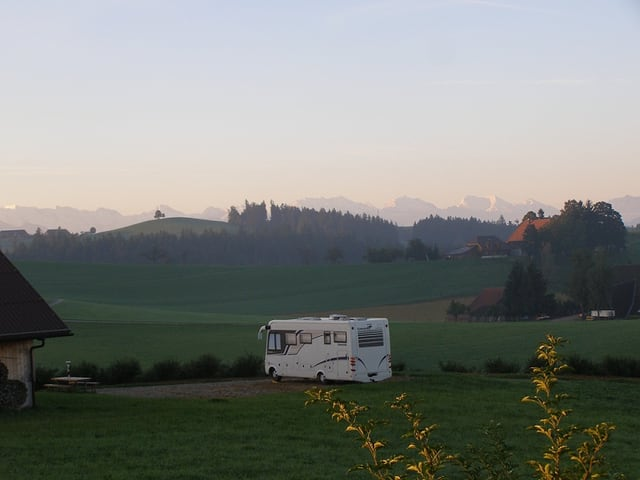 Wohnmobil in freier Natur.