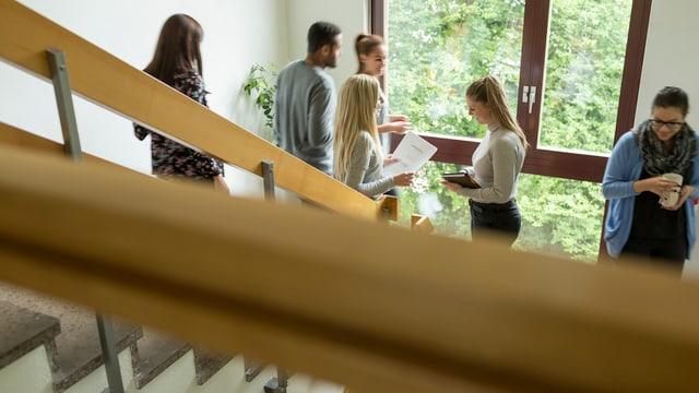 KV-Lehrlinge im Treppenhaus der Berufsfachschule.