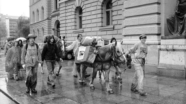 La colonna da sauma arriva. Els han transportà las sur 100'000 suttascripziuns dal Vallais a Berna.