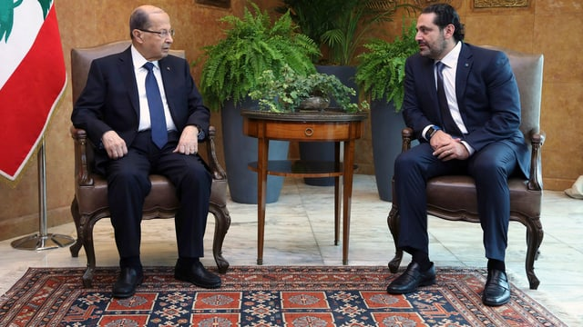 Staatspräsident Michel Aoun (links) und Saad Hariri (rechts) sitzen nebeneinander.