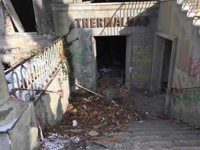 Der Eingang des alten Thermalbads