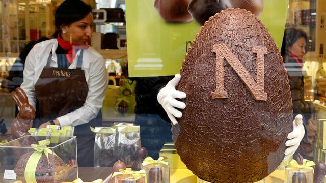 In einem Geschäft in Brüssel präsentiert der Schokoladehersteller Neuhaus ein grosser Osterei.