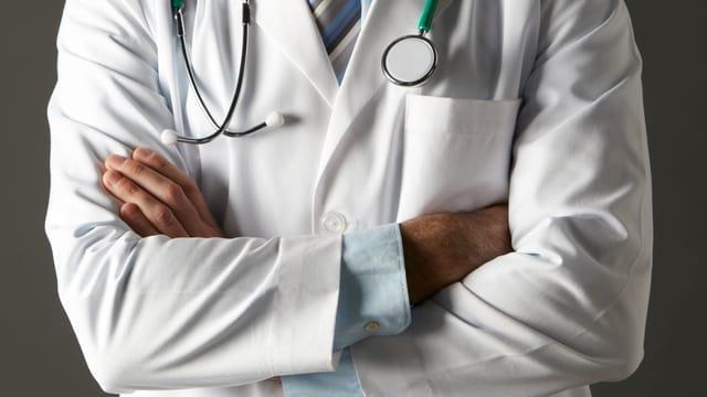 Arzt mit verschränkten Armen
