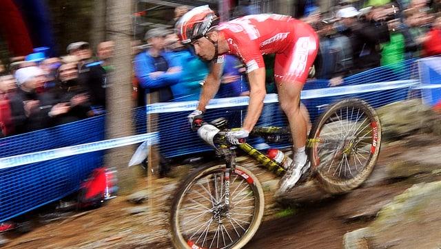 il ciclist Nino Schurter durant ina cursa da mountainbike