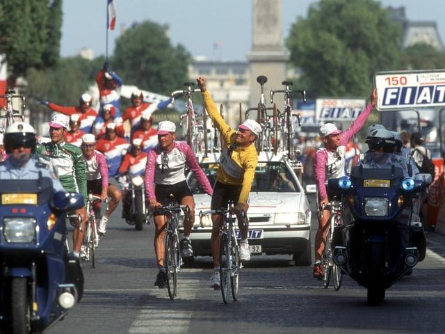 Bjarne Riis und seine Telekom-Teamkollegen lassen sich 1996 bei der Ankunft in Paris feiern.