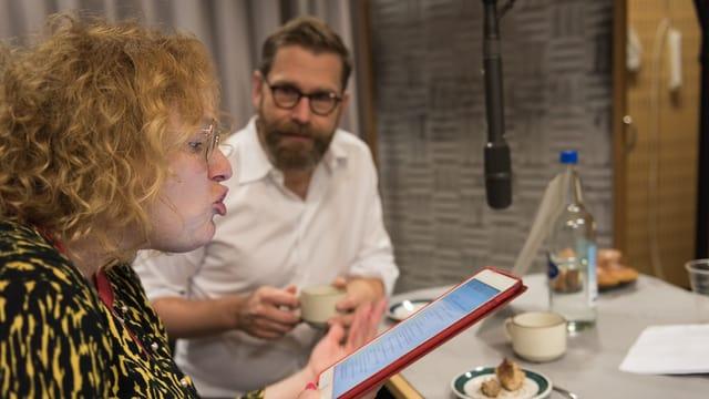 Fabienne Hadorn (Timo) und Samuel Streiff (Paps) im Hörspielstudio.