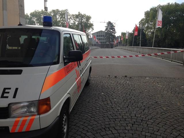 Einsatzwagen der Kantonspolizei Solothurn steht vor der abgesperrten Kreuzackerbrücke.
