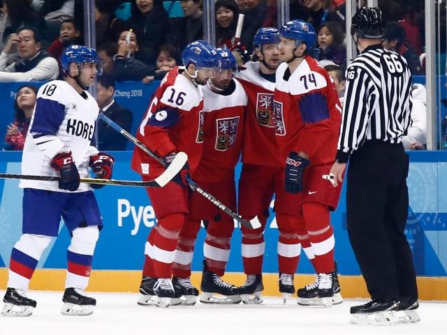 Tschechische Eishockeyspieler bejubeln ein Tor