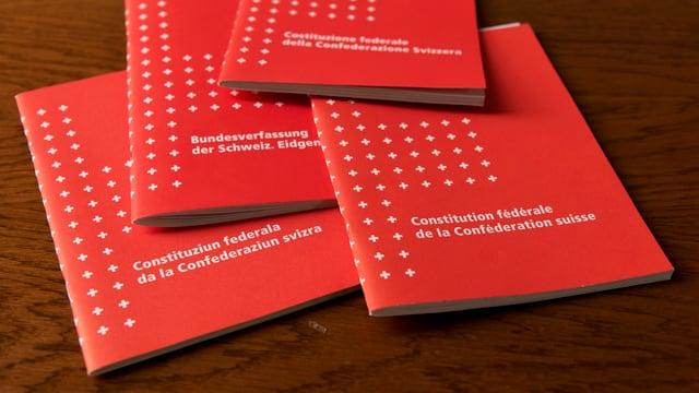 Bundesverfassungen auf einem Tisch.
