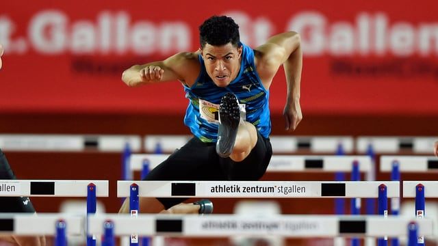 Brahian Pena überspringt elegant eine Hürde.