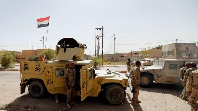 Ein Militärkonvoi mit der irakischen Flagge in der Stadt Falludscha.