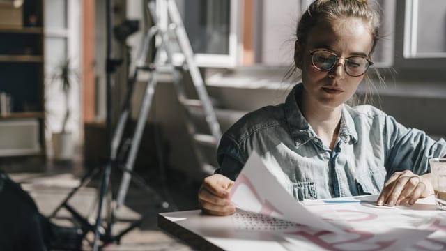 Eine Grafikerin bei der Arbeit (Symbolbild).