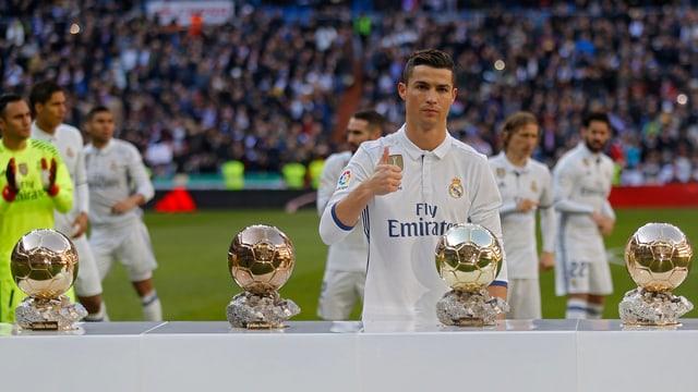 Cristiano Ronaldo präsentiert am Samstag seine 4 Ballon d'Or-Trophäen
