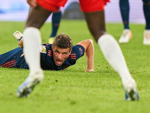 Thomas Müller blickt dem Ball nach.