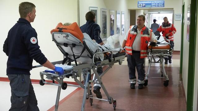Mitarbeiter des Rettungsdienstes evakuieren Patienten aus einem Spital in Koblenz.
