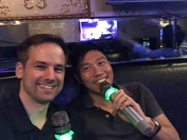 Selfie von Martin Aldrovandi beim Karaoke singen.