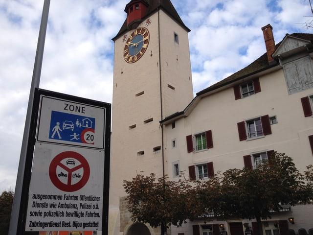 Verbotsschild vor dem Spittelturm in Bremgarten