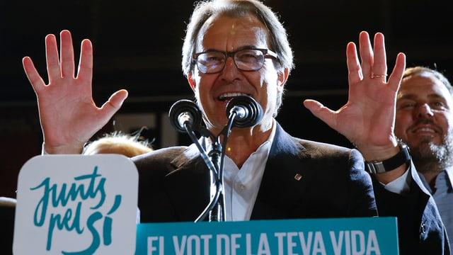 Der katalanische Regierungschef Artur Mas hebt die Hände und spricht in zwei Mikrofone.