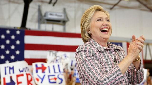 Hillary Clinton sa drizza ad aderents en la citad Sacramento.