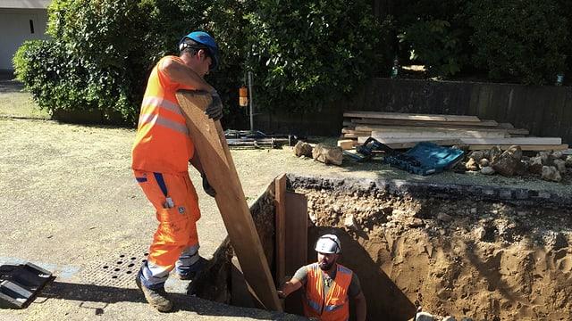 Zwei Arbeiter in der Grube