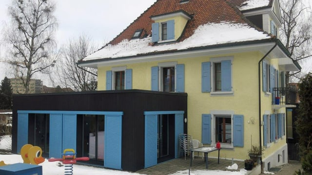 Haus mit einem Spielplatz