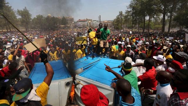 Brennende WC-Häuschen und wütende Studenten vor dem Regierungssitz in Pretoria.
