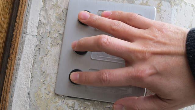 Mann drückt mit mehreren Fingern auf mehrere Türklingeln gleichzeitig.