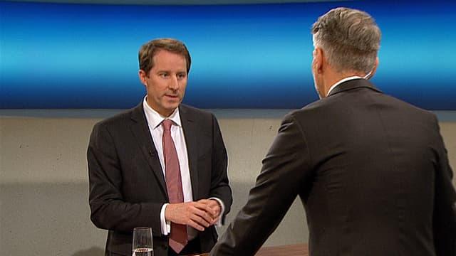 SVP-Fraktionschef Thomas Aeschi an der «Rundschau»-Theke.