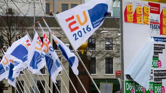 Bandieras da l'UE ollandaisas e placants da campagna.