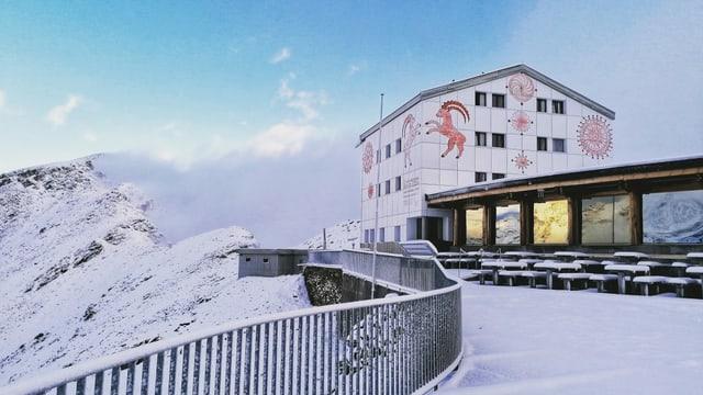 Das Berghaus Diavolezza ist komplett unter einer feinen Schneedecke