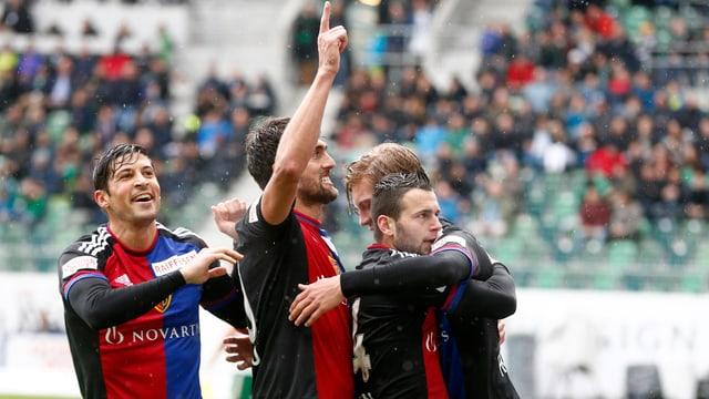 Die Basler Spieler feiern nach einem Tor gemeinsam.