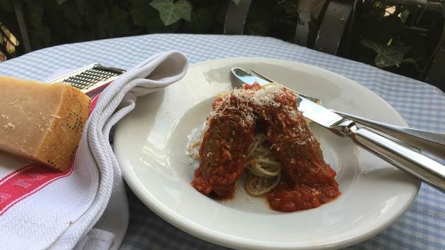 Brasciole mit Pasta und Tomatensauce auf einem Teller.