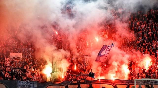 Zürcher Fussballfans brennen Handlichtfackeln im Stadion Letzigrund ab.