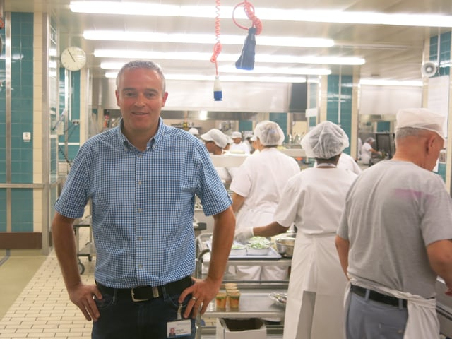 Projektleiter Fabian Gut in der Spital-Küche