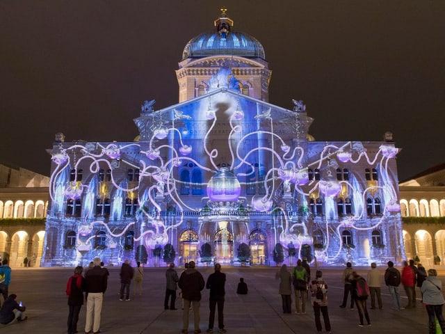 Lichterschauspiel auf der Fassade des Bundeshaus.