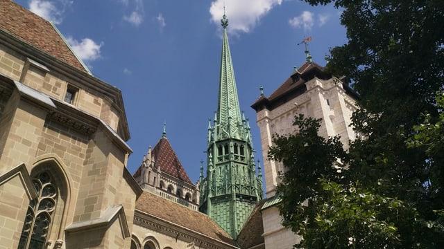 Eine Kathedrale im Sonnenschein.