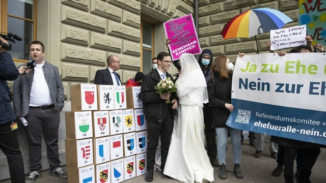 Das Referendumskomitee reicht am 12. April 2021 in Bern die Unterschriften für ein «Nein zur Ehe für alle» ein. Im Hintergrund protestieren die Befürworterinnen und Befürworter der breit abgestützten Vorlage.