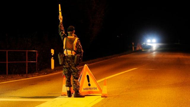 Soldat stoppt Auto für Kontrolle. (Archivbild)
