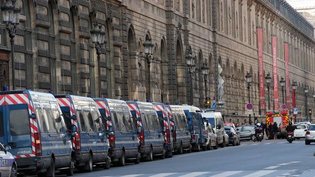 Autos da polizia parcads en vischinanza dal lieu, nua ch'il schabetg ha gì lieu.
