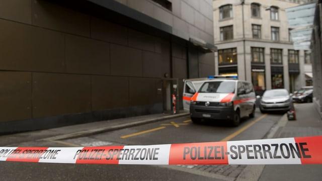 Absperrband und Polizeiauto beim C&A in Zürich nach dem Überfall