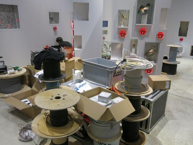 Kabelrollen und Werkzeuge liegen am Boden der neuen Ausstellung in der Vogelwarte Sempach.